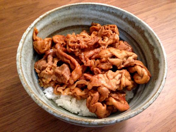 【検証】北海道民が「どんなに安い豚肉でも絶対においしく出来る!」と口を揃える『ある調味料』を使って豚丼を作ってみた