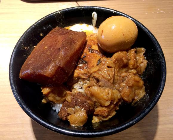 従来の牛丼とは一線を画す「ニュータイプ牛丼」 それが新橋名物肉めしである! 東京・新橋「岡むら屋」