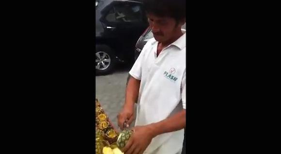 【職人動画】今までにない芸術的カットをするパイナップル露天商