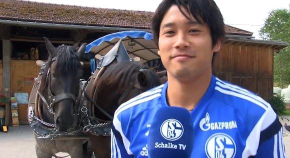 【ほのぼの動画】独リーグ公式チャンネルでサッカー日本代表・内田篤人選手が農場を見学 / ネットの声「内田くんの可愛いテロが止まらない」