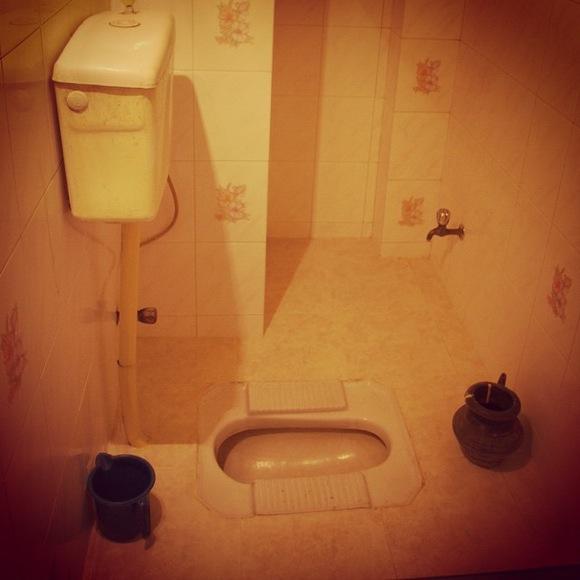 【左手でオシリを洗う】インドやバングラデシュの「紙なしトイレ」は慣れてくるとクセになる