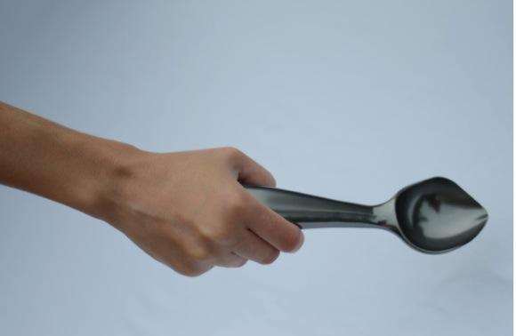 【これぞ最終兵器】カッチカチのアイスクリームを楽々すくえるアイテムがついに登場! 見た目は普通でも威力は絶大なり!!