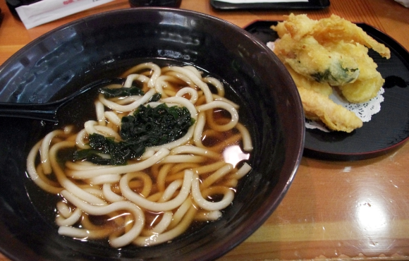 【海外の和食】空港内で大繁盛していた日本料理店で『うどん』を食べてみた / 結論「関東風でも関西風でもない新たなうどん」