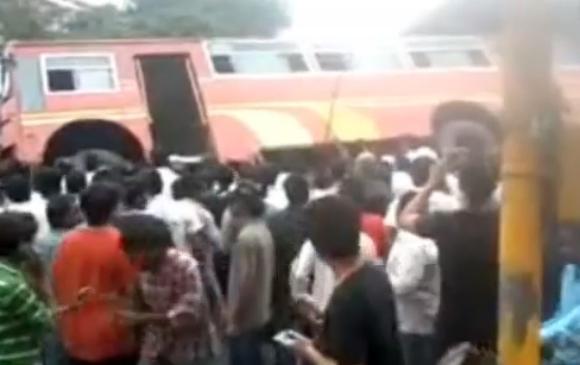 【動画あり】大学生がバスの下敷きに! 周囲にいた人々が力を合わせてバスを傾ける → 大学生救出!