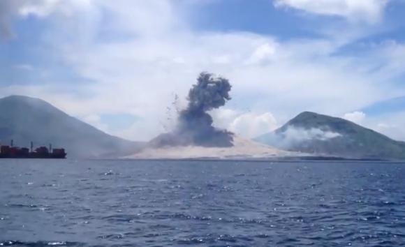 【音と衝撃に注意】火山噴火の瞬間映像が話題 / 観光客が偶然撮影した動画が再生回数800万回オーバー