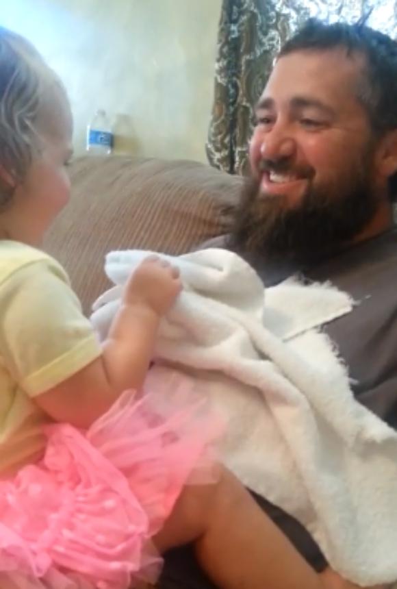【動画あり】「ヒゲを剃って別人になったパパ」を見た幼児のリアクションに世界がメロメロ! 『いないいないばあ』の途中でパパのヒゲがなくなった!!