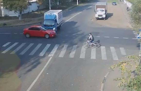 【動画あり】生死を分けた数センチ! ロシアで起きた出会い頭の衝突事故が話題 / 再生回数100万回突破