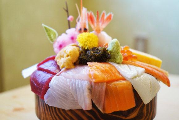 ウニもイクラも入ってランチは1000円!北海道最強コスパのデカ盛り海鮮丼を出す店『幸寿司』