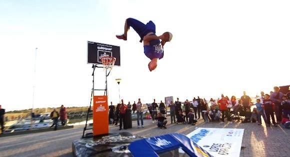 【衝撃バスケ動画】重力を完全無視! アクロバティックなダンクシュートを決めまくるフリースタイル集団がマジでカッコいい!!