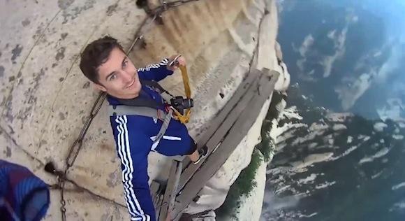 【本気で閲覧注意】世界一危険な道と言われる断崖絶壁で命綱を外して歩く男