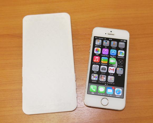 大きさに驚愕! iPhone6 Plusのモックアップと5sを比べてみた / 片手で画面操作はムリかもしれない