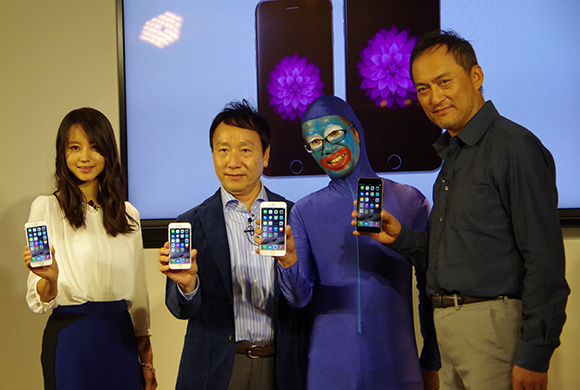 【iPhone6行列】佐藤記者がドコモの「iPhone6 Plus」を一番乗りでゲット! 渡辺謙さんにツッコまれつつ報道陣に囲まれまくりで大人気〜!!