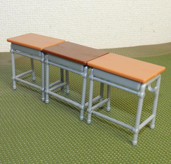 エポック社のカプセルトイ「学校の机と椅子」の出来栄えが素晴らしい! これで教室ごっこが捗るぞ~ッ!!