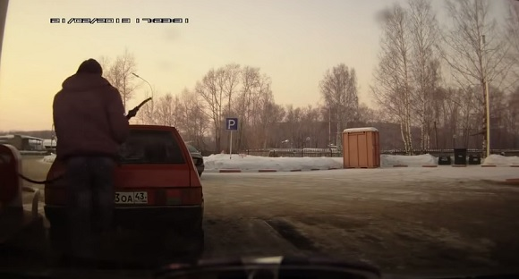 【ヤバい】給油ホースが届かなかったロシア人の解決方法が完全にロシア