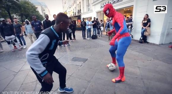 【衝撃サッカー動画】まるでボールが足に吸い付いているかのよう! ストリートサッカーに参戦したスパイダーマンのテクニックがハンパない!!