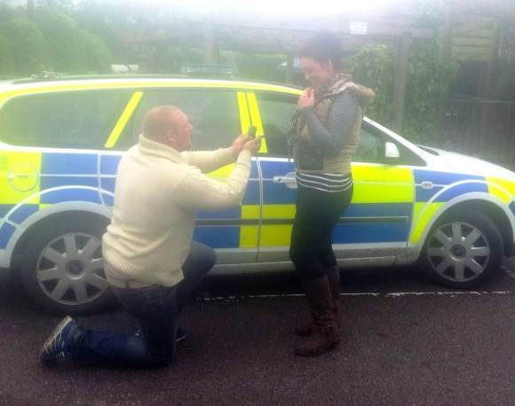 【究極のサプライズ】男性がプロポーズの直前に交通事故! パトカーの中で行われたプロポーズが感動的