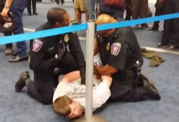 【動画あり】アメリカの空港で暴力事件を起こしたらこうなった / パないスピードで警察がその人物を逮捕