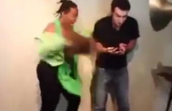 【動画あり】女性がショックのあまりウィッグを取った決定的瞬間 / その場に居合わせた男性は完全フリーズ!