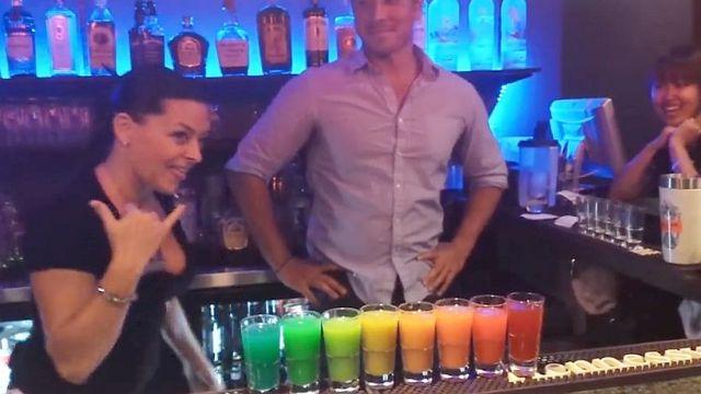 「8色に分かれる魔法のような虹色カクテル」がスゴい!! コツをつかめば家でも作れそうだぞ!