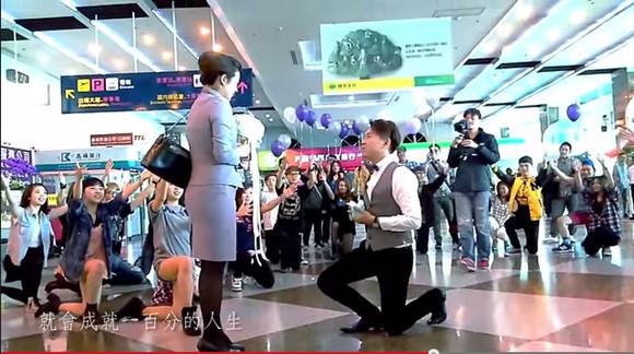 史上最大規模の求婚!! 空港で客室乗務員に50人以上が仕掛けたミュージカル風プロポーズに感動の嵐 / ネットの声「100回見て100回泣いた」