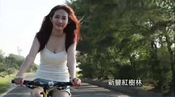 """【台湾】選挙活動のCMに自転車で走る """"ぴたぴたキャミソール&ホットパンツ美女"""" が登場し賛否両論 「けしからん!!」「いいぞもっとやれ」"""