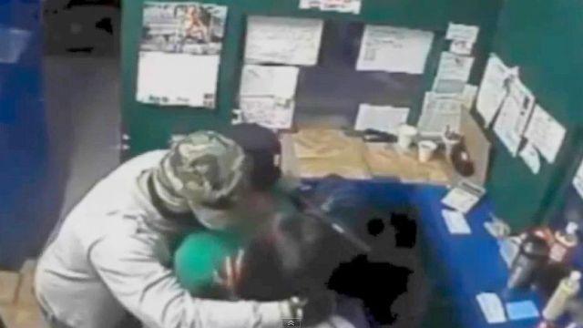 カジノに強盗に押し入った犯人が「被害者にハグとキスの謝罪」をしてから逃走!! ちょっと礼儀正しい強盗が話題に