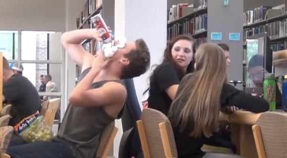 【実験動画】図書館でレタスやスイカなどを豪快に食べてみたらどうなるか? / 笑い出したり文句を言ったりと周囲からは様々な反応が!