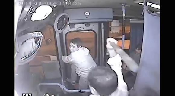 【衝撃動画】キラリと光るとっさの判断! 強盗を半泣きにさせて撃退したバスの運転手がカッコイイ!!