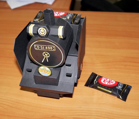 外国人もビックリ!! キットカットのオマケ「蒸気機関車D51 ペーパークラフト」の完成度がハンパない! チョコが完全にオマケと化すレベル