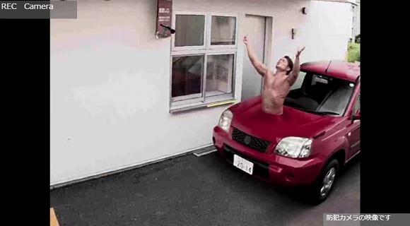 【衝撃動画】絶対にスルーできないケンタウロスがドライブスルーに出現 / 防犯カメラがとらえた姿はまるでSUV車でござる