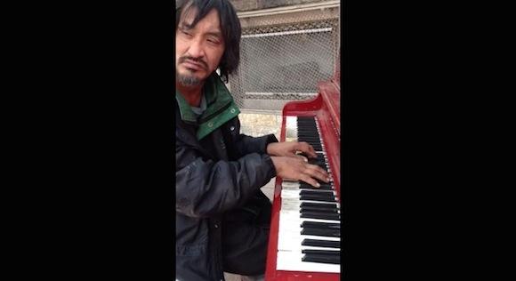 【動画あり】再生数が200万回を突破! ホームレス男性の奏でるピアノが美しすぎると話題 / 海外ネットユーザーの声「彼に仕事を!」