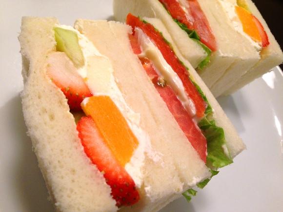 【北海道グルメ】フワッと口当たりの軽いフルーツサンドが超絶品! 許されるのなら100個くらい食べたいウマさ!! 札幌『さえら』