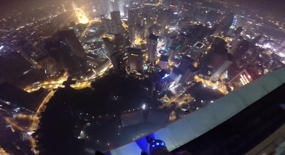 【衝撃動画】365メートルの超高層ビルからスカイダイビングをして34階屋上プールへ着陸する連中が命知らずすぎてヤバい
