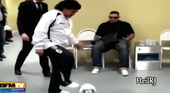 【伝説サッカー動画】まるでボールが生きているかのよう! アルゼンチンの英雄・マラドーナのリフティングがすげえ!!