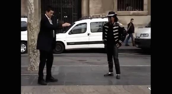 【動画あり】どちらもハイレベルでスゴい! マイケル・ジャクソンのモノマネパフォーマーと宣教師が火花を散らす即興ダンスバトル!!