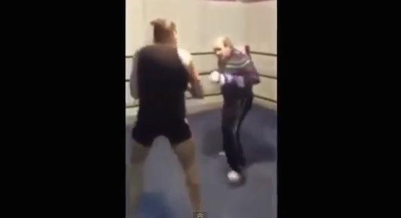 【衝撃格闘動画】一体何者!? いとも簡単に若者をフルボッコにするおじいちゃんボクサー