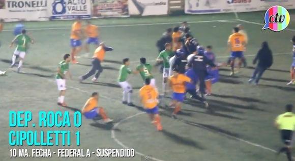 【衝撃サッカー動画】真空飛び膝蹴りまで飛び出した! アルゼンチンでレッドカード12枚が飛び交う大乱闘が発生!!
