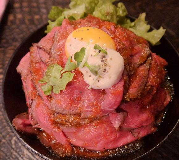 肉! 肉! 肉! 見た目だけで幸せが訪れる至福の「ローストビーフ丼」 東京・高田馬場レッドロック