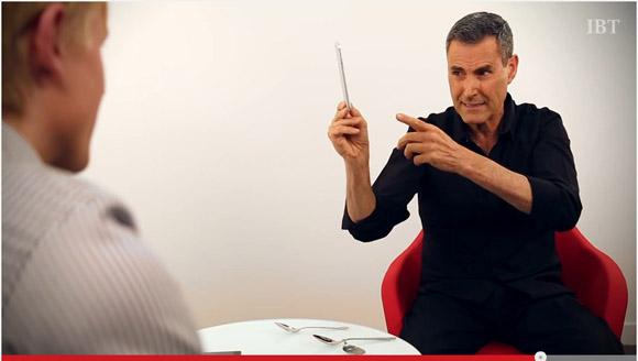 【マジかよ】iPhone6 Plusが折れ曲がる理由について超能力者ユリ・ゲラー氏が「1000万人のマインドパワーが原因」と主張