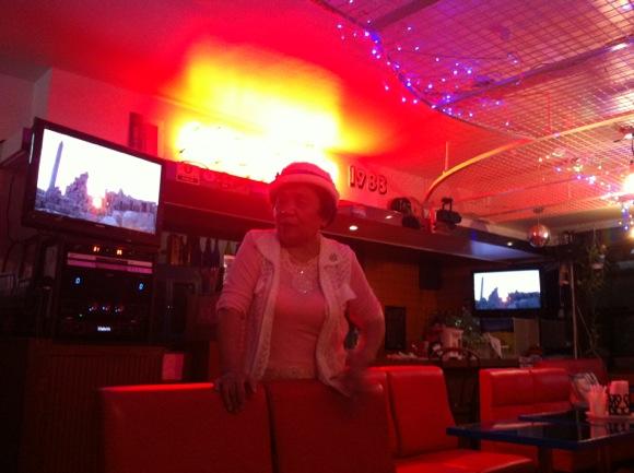【元首相とも昵懇】東京 三鷹で日本一ハイな婆さん「お敬ちゃん」の店を訪問し74歳の弾丸トークを堪能した Byクーロン黒沢