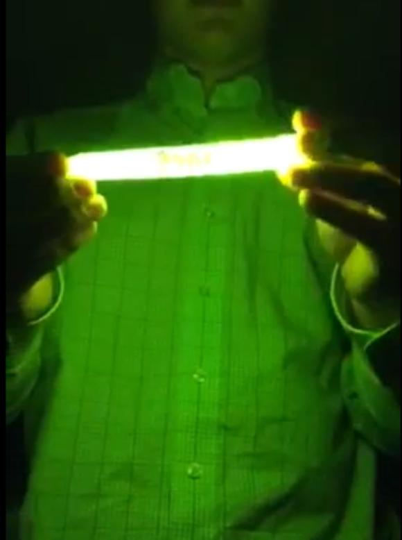 【真似厳禁動画】ケミカルライトを電子レンジで温めたらこうなった / ライトが破裂して破片が目に!