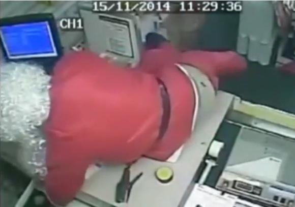 【悲報】サンタさんが郵便局強盗をする / レジの金をわしづかみにするサンタさんの姿は動画で確認可能