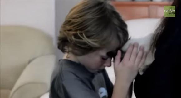 【もらい泣き動画】失踪していたネコと子供の再会シーンが胸アツ! 人々の涙を誘って再生回数130万回超え