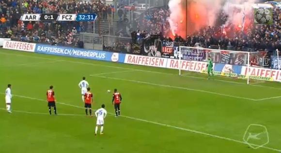 【衝撃サッカー動画】最後の締めはオーバーヘッドキック! 欧州サッカーのPKで神がかり的な鉄壁ディフェンスが炸裂!!