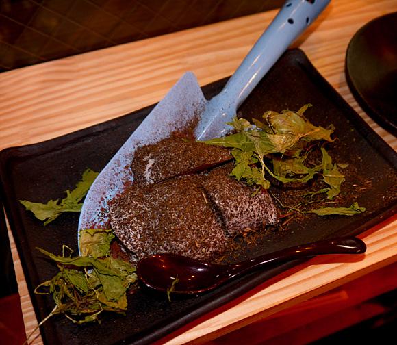 東京・四谷キッチンどろまみれの「泥にまみれた黒ゴマプリン」が本当に泥まみれのように見えてマジでビビッた!!