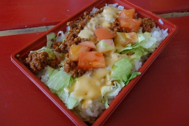 【沖縄】市場で買ったタコライス名人「山城義男」さんのタコライス弁当がウマすぎて感動した