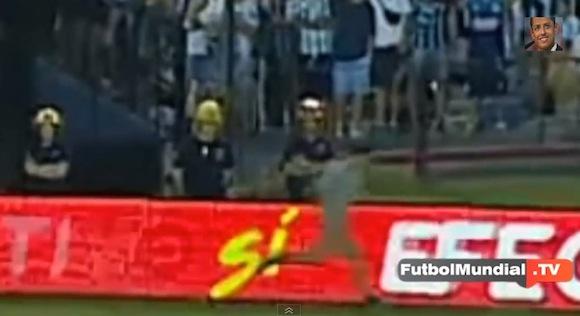 【恐怖映像】サッカーの試合で「謎の人影」が猛ダッシュする心霊現象が鮮明にとらえられる!!