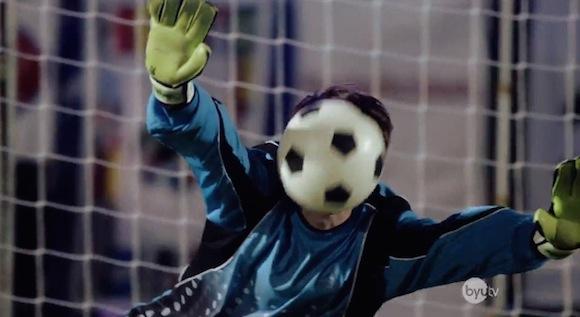 【衝撃サッカー動画】こんなPK見たことない! すべてのシュートを「顔面ブロック」で防いだゴールキーパー