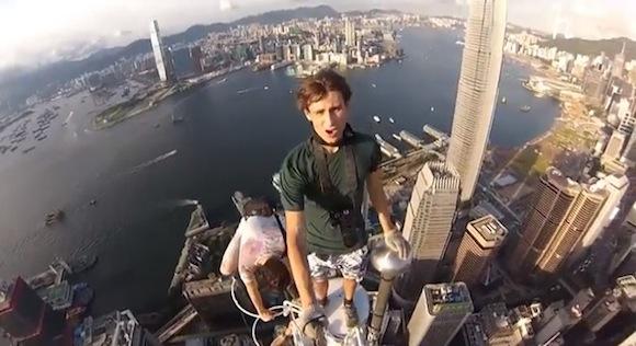 【閲覧注意動画】見ているだけで寿命が縮む! 超高層ビルの頂上に登ったロシア人たちが命知らずでヤバすぎる!!
