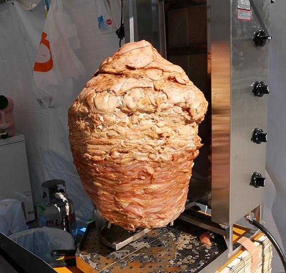 これぞ肉のメリーゴーランドや~ッ! グルグルと巨大な肉塊が回る「ケバブグランプリ」開催中 / 東京・新宿大久保公園